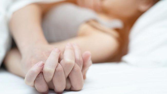 Salah gaya karena beda postur dengan pasangan dapat mengurangi kepuasan bercinta. Ketahui posisi seks paling enak dan nyaman bagi pasangan beda postur badan.