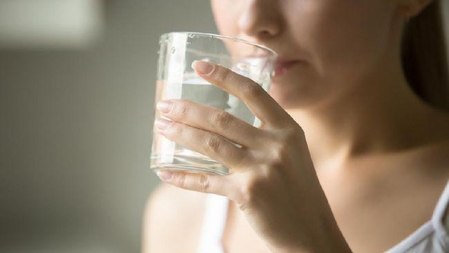 Memperbanyak konsumsi cairan atau air putih disebut turut berkontribusi pada kelembapan, kesehatan kulit. Benarkah demikian?