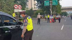 Traffic police officers stationed at an odd-even checkpoint in Jakarta. Photo: Twitter/@TMCPoldaMetro